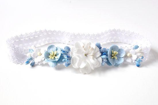 Wianuszek koronkowy z białymi i niebieskimi kwiatami